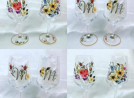 花々のワイングラスにイニシャルが入りました