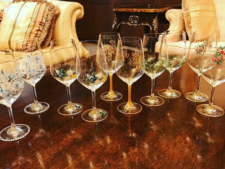 レストランに収めたワイングラスの数々