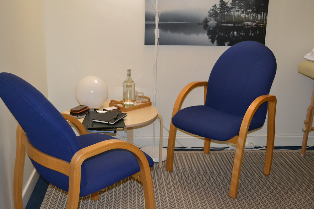 Two chairs facing each other with a side table – solution focused therapy part 2