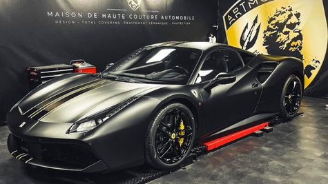 Ferrari 488 noir mat bandes jaunes