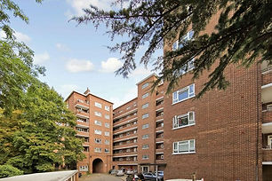A lovely 4 Bedroom flat located 10 mins walk from the heart of Kingston. Massive communal area with lots of entraintment