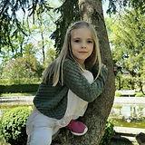 Jamila klettert auf einen Baum