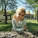 Philine auf dem Spielplatz am Baumstamm