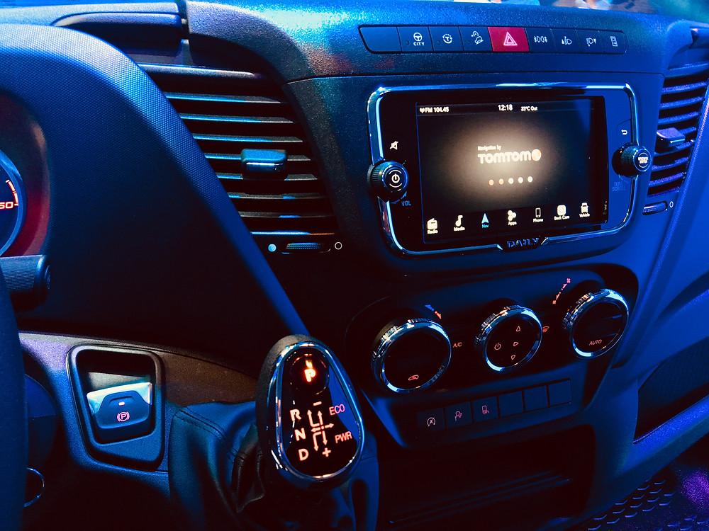 Nowy wyświetlacz nawigacja TOMTOM Nowy Iveco Daily 2019 Android telefon łączność hamulec ręczny elektroniczny hi matic