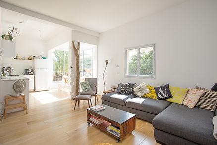 Décoration épurée salon, gris, jaune, bois