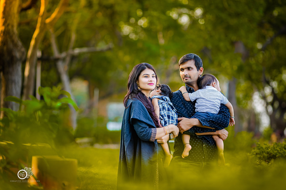 outdoor-baby-photoshoot-with-parents