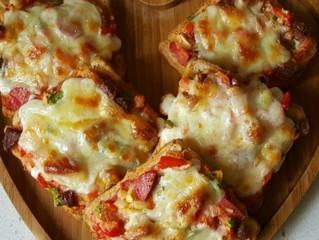 En pratik pizza: Ekmek Pizza Tarifi