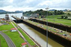 Panamá-kanalen mod øst