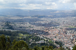 Bjerget Monserrate højt over byen