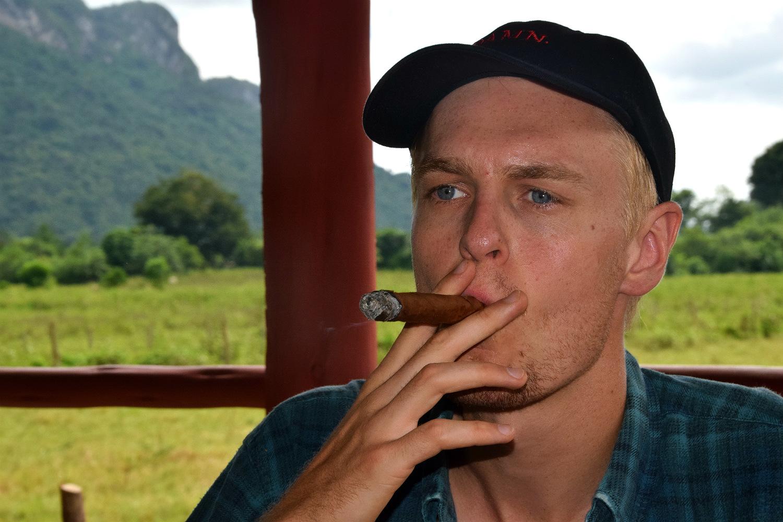 Asbjørn smager på de lokale cigarer