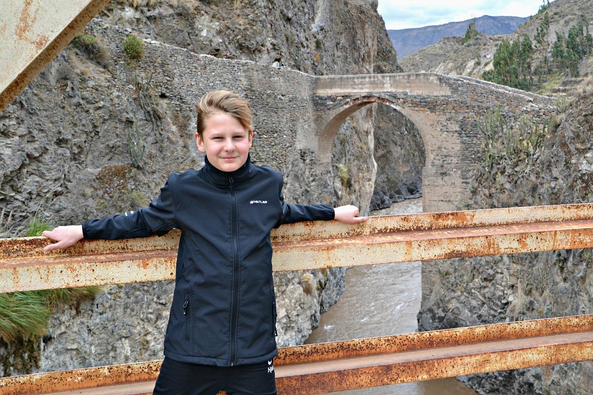 Hjalte ved den gamle bro over floden