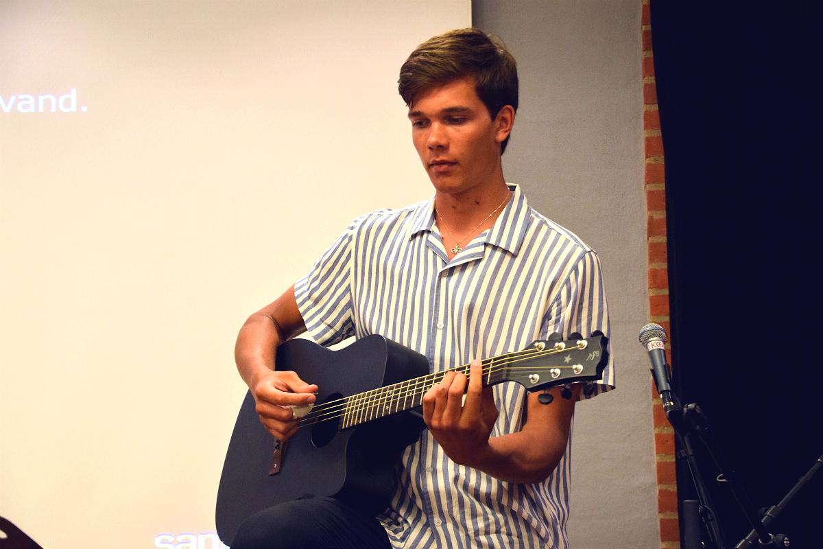 Kasper spiller til fællessangen