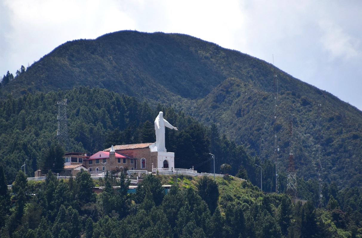 En hvid Maria-figur overvåger byen