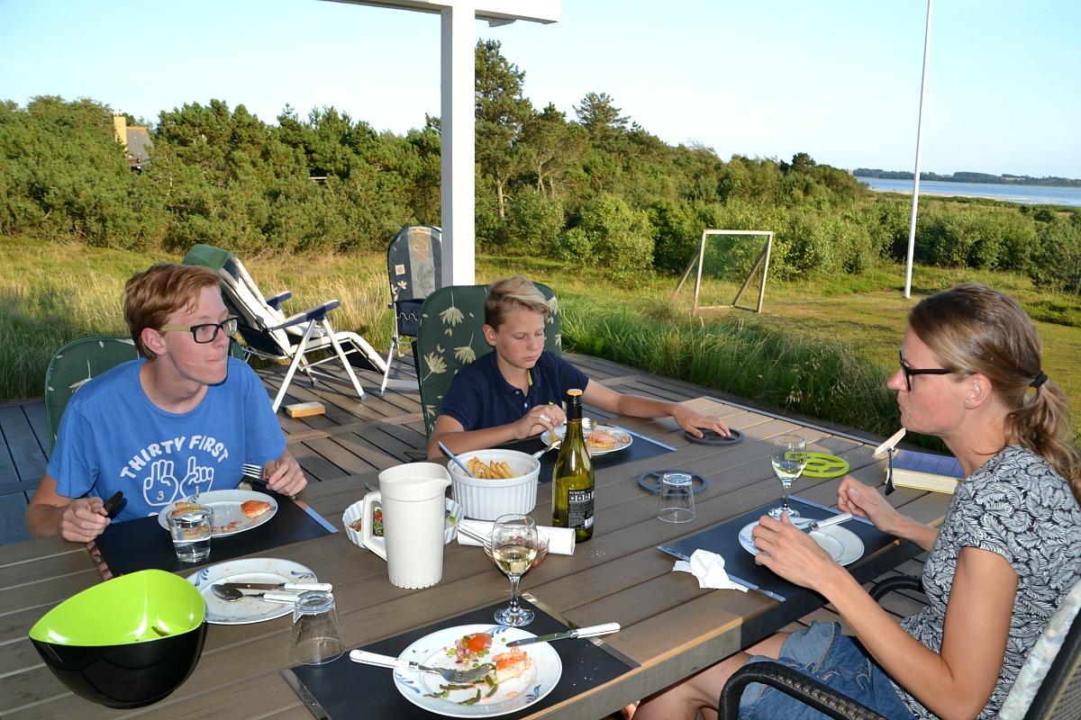 Aftensmad_på_terrassen_på_Fur