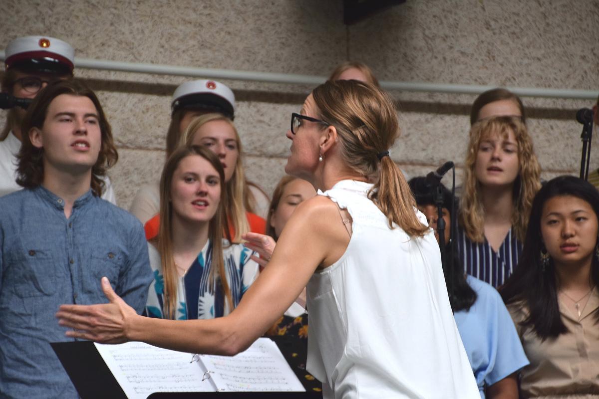 Merete dirigerer koret