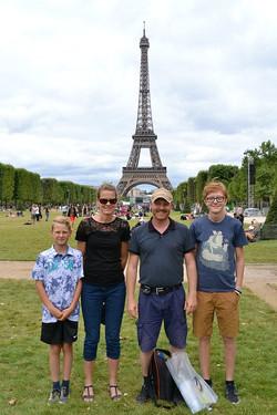 Familiebillede ved Eiffeltårnet