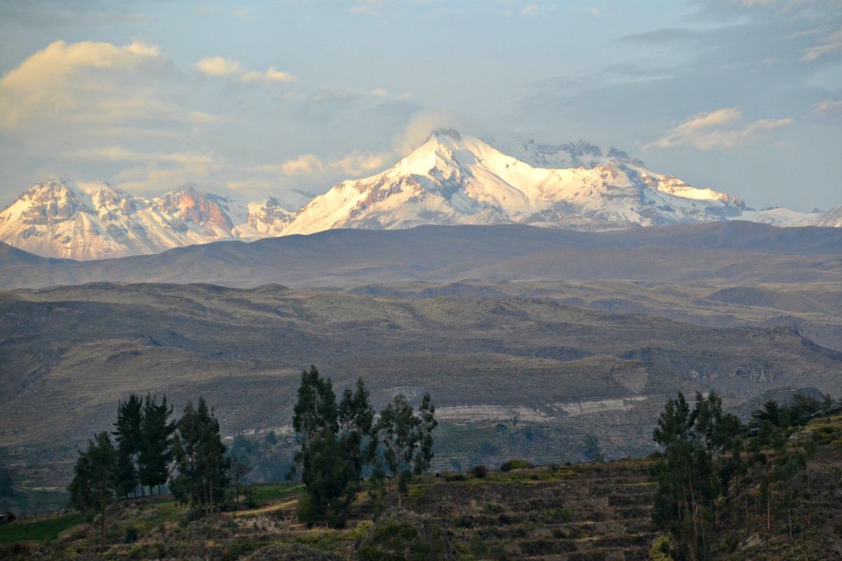 Morgensol på bjergtoppene
