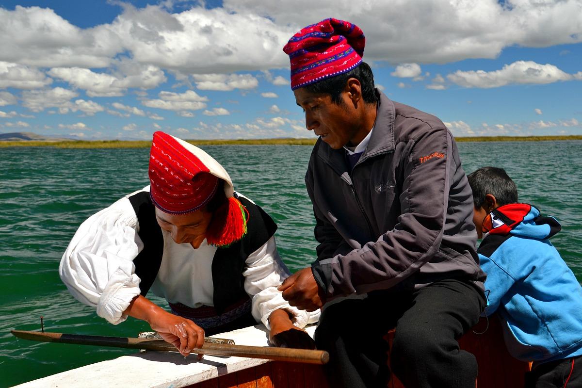 Mænd på båd Titicaca.jpg