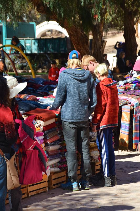 Purmamarca: Drengene på marked