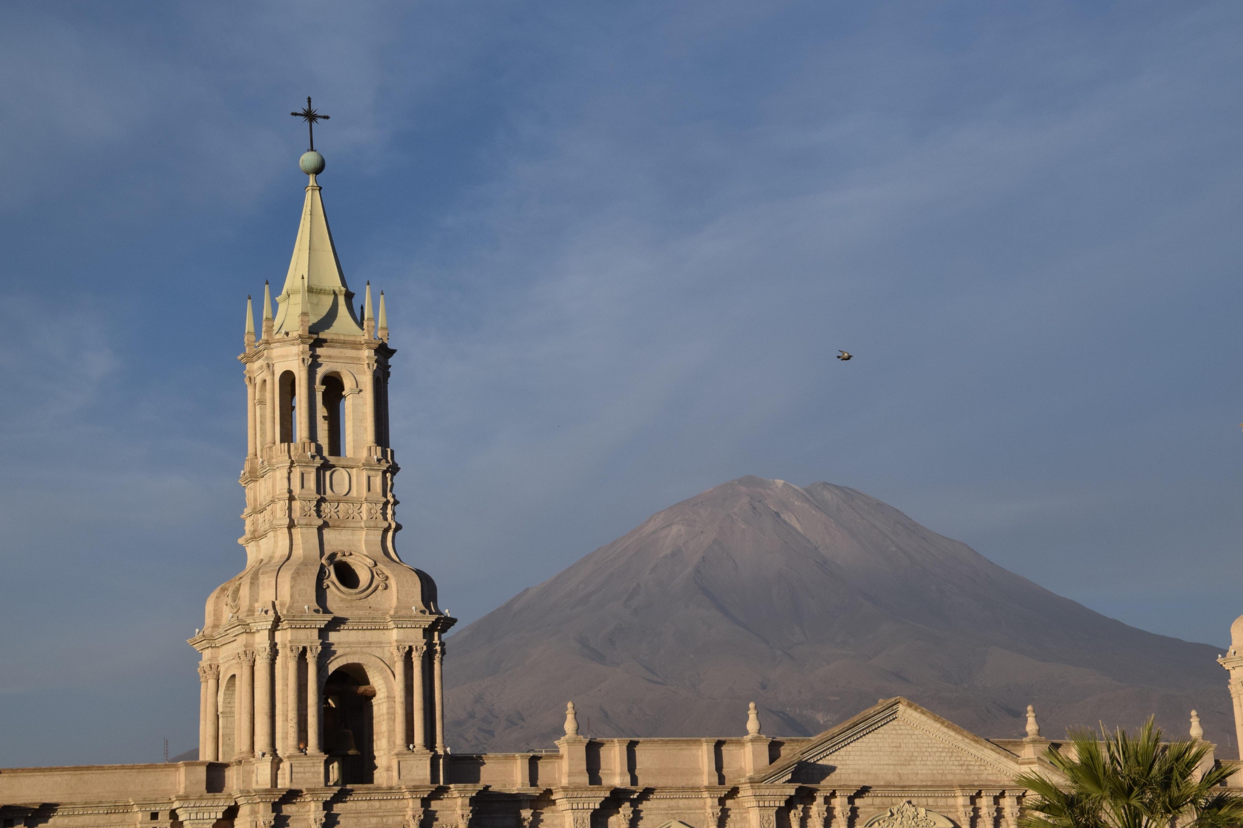 Katedralens tårn og El Misti