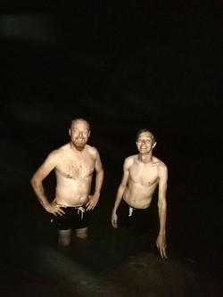 Badning i bunden af en dyb grotte