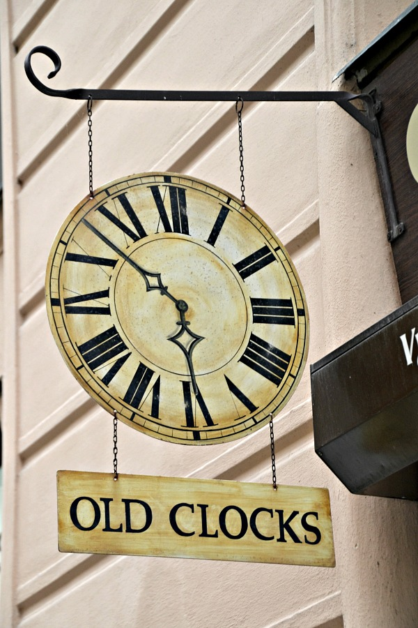 Old Clocks sign Prag