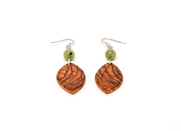 blattförmige Olivenholz-Ohrringe mit grüner Jadeperle