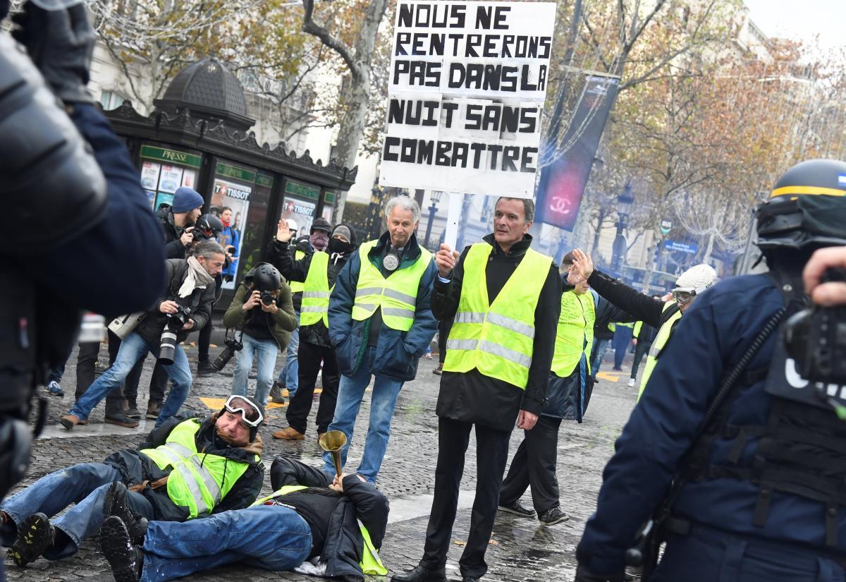 Gilets_jaunes_CHamps_ELysées_2018-11-24_