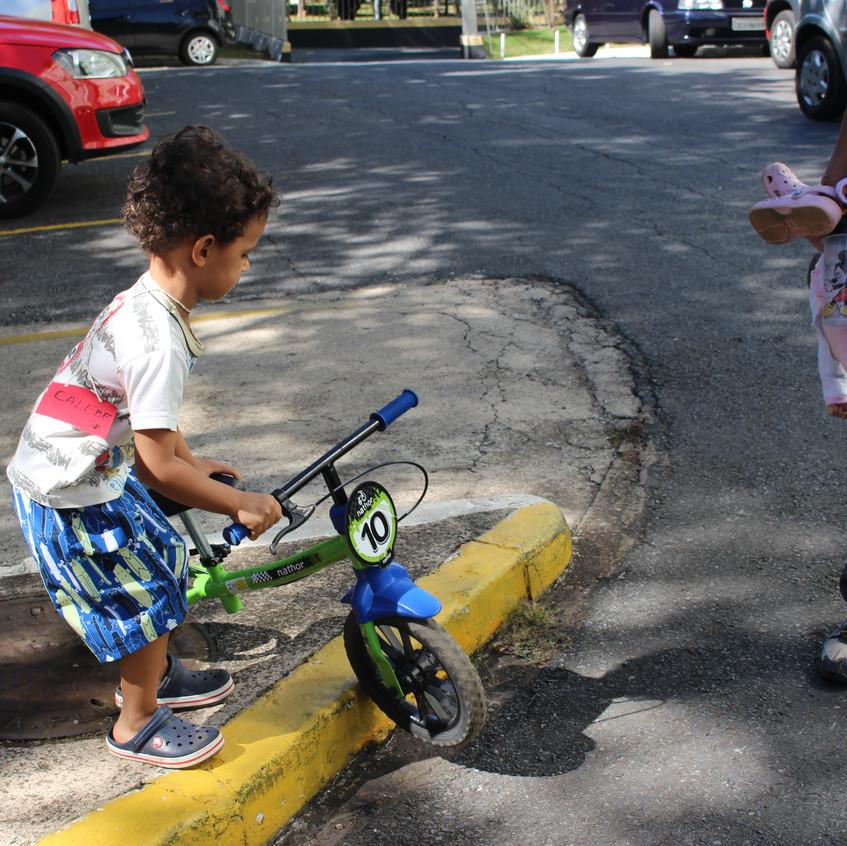 Calebe mostrando as dificuldades dos ciclistas pelas calçadas