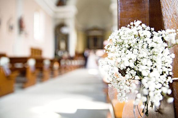 bouquet de fleurs accroché à l'église
