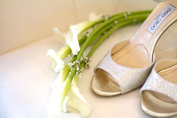 chaussures et bouquet de mariée