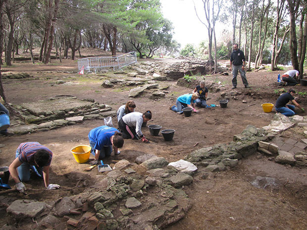 Archeology students from Umbra Institute
