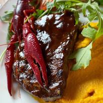 Stek z polędwicy wołowej z młodego byka, rakowy demi glace, rak, puree z marchewki