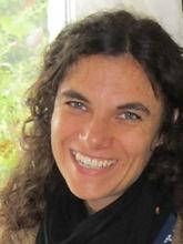 Met haar opleiding tot Handelsingenieur was Katrien Berckmoes eerst actief in sociaal geëngageerde jobs. In 2005 startte ze haar eigen healing praktijk.