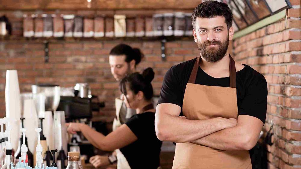 Estudante Trabalhando em Café