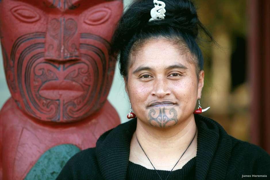Mulher Maori com Tatuagem Ta Moko