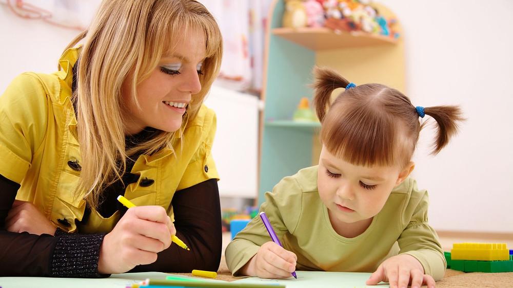 Professora e Criança na pre-escola