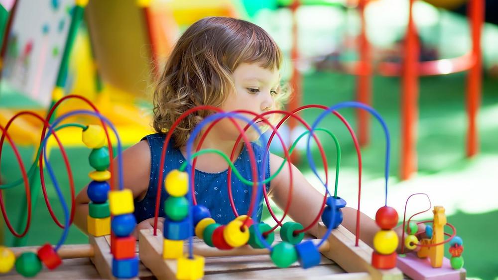 Criança brincando na pre-escola