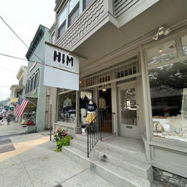 Men at the campus always stop by @himbycatherineh for curated American and European clothes.   📸: @katonahdaily    #katonah #westchesterny #business #weekend #urbancampus #him #clothes #curatedclothes