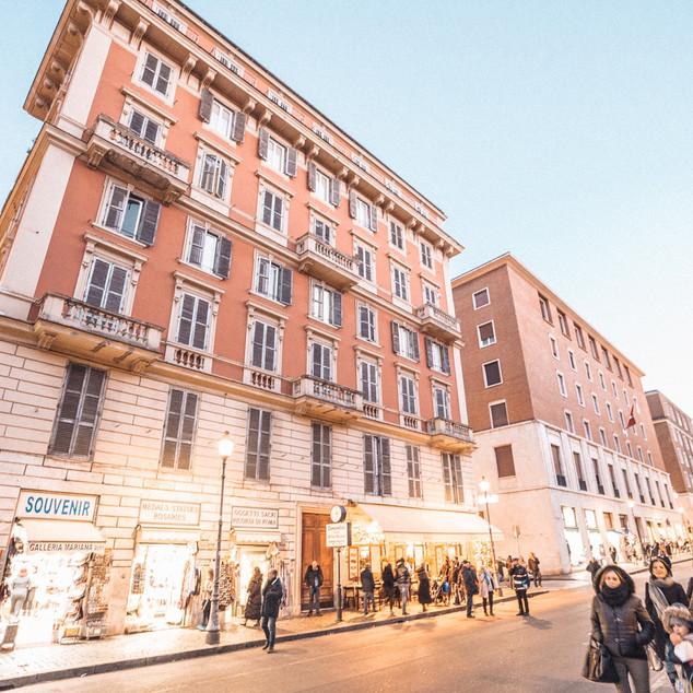 Ottaviano (Line A) ဘူတာမှာ ဆင်းပြီး Vatican City ဆီကို (၁၀) မိနစ်လောက် လမ်းလျှောက်လာရင် ဒီနေရာကို စတွေ့ရပြီ။