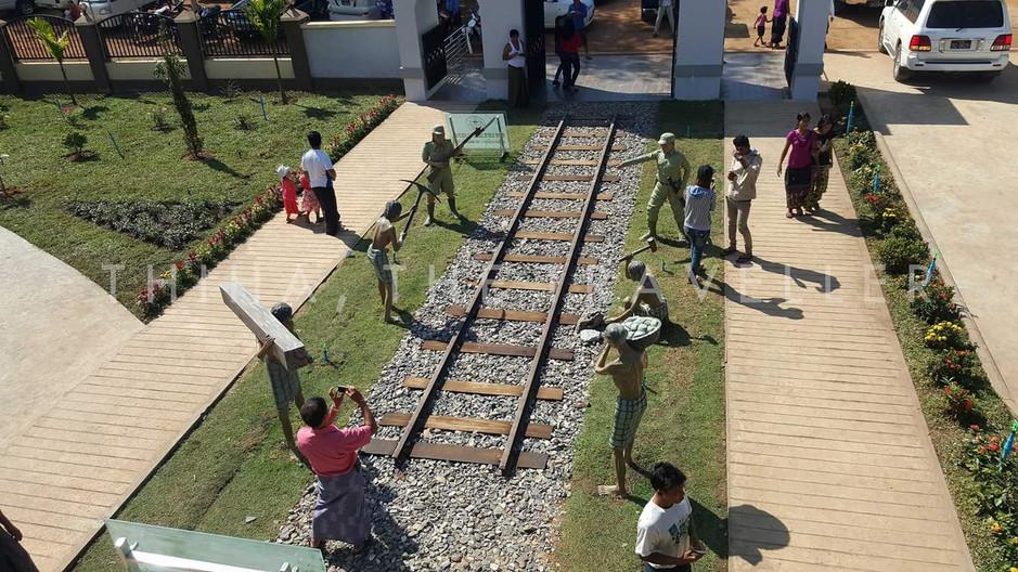 The Death Railway Museum ေသမင္းတမန္ရထားလမ္းပိုင္း ျပတိုက္ သို႔ အဝင္ ျမင္ေတြ႕ရတဲ့ ေက်ာခ်မ္းစရာ ျမင္ကြင္းရုပ္တုမ်ား
