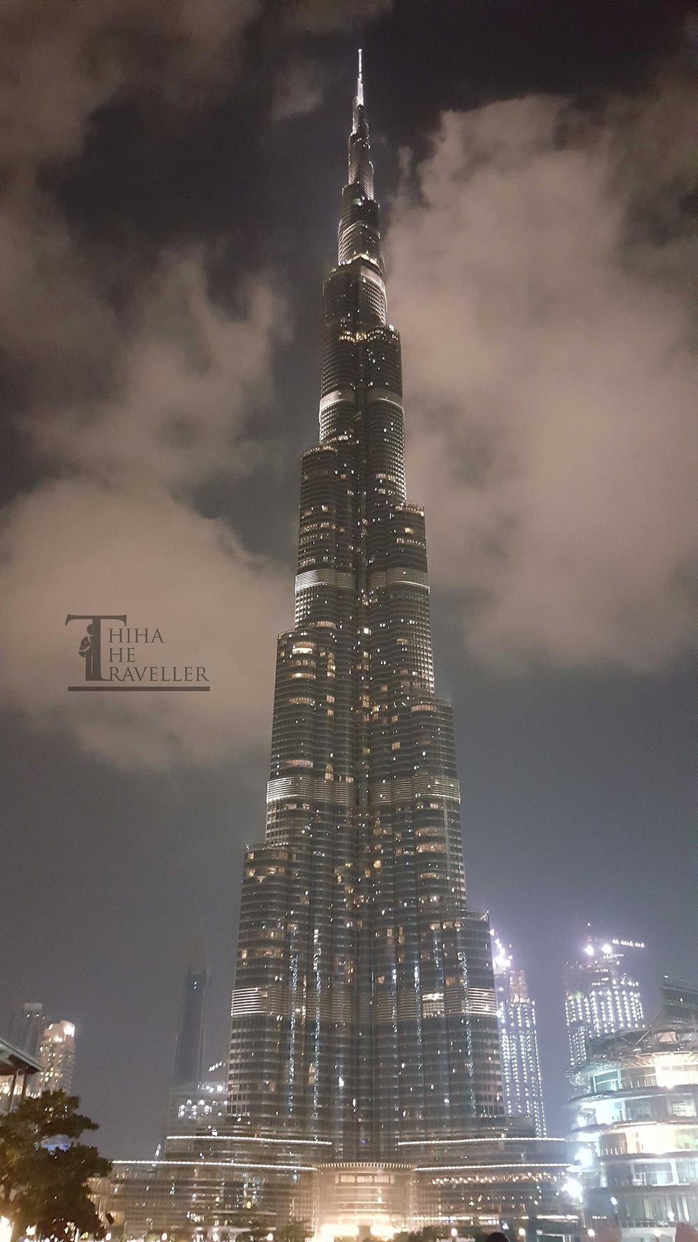 Burj Khalifa အေဆာက္အဦးတစ္ခုလံုးကို ညအလွနဲ႔အတူ ခုလို ျမင္ေတြ႔ရပါတယ္။