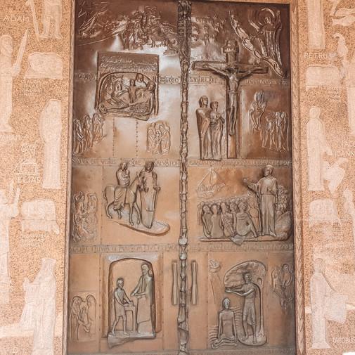 ခရစ်တော် သက်တော်စဉ် ပုံဖော်ထားတဲ့ တံခါးကြီး
