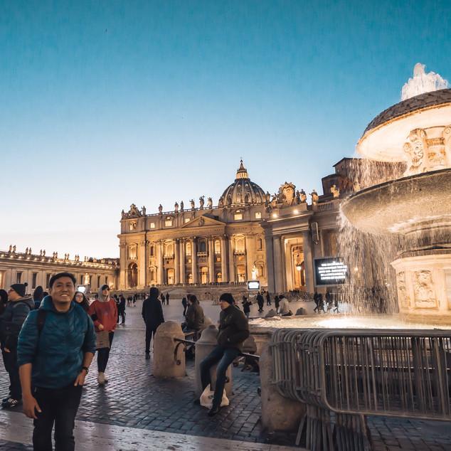 St. Peter's Square မှာ ရှိတဲ့ ရေပန်းတွေမှာ အကြွေစေ့ပစ်ပြီး ဆုတောင်းခဲ့ကြသေးတယ်။