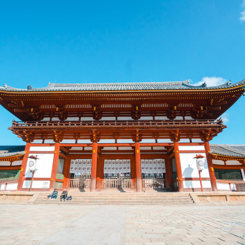 Todai-ji သွားရင် ပထမဆုံးမြင်ရမဲ့ မုခ်ဦး အဲ့ကနေ မဝင်ရဘူး ဘယ်ဘက်ကို ကွေ့ပြီး ဟိုဘက်ထိပ်ထိသွားပြီး အဲ့က လက်မှတ်ရုံကနေ ဝင်ရတာ