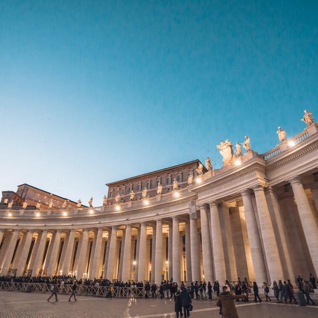 ရောမခေတ်လက်ရာ ကြီးမားတဲ့ တိုင်လုံးကြီးတွေ St. Peter's Basilica အတွင်းဝင်ဖို့ တန်းစီနေကြသူများ