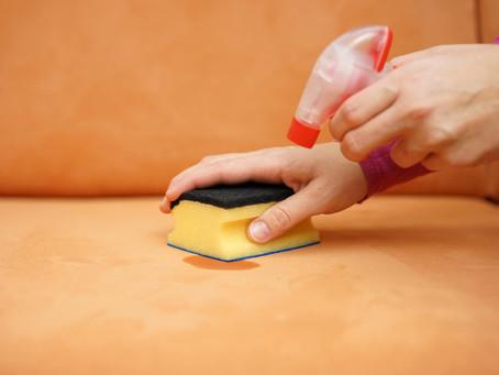 Como tirar manchas de caneta do sofá de tecido?
