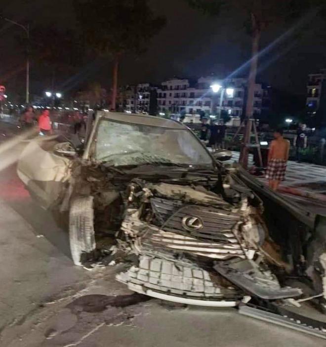 Phần đầu chiếc xe Lexus gây tai nạn bị biến dạng |VUA-THE-THAO