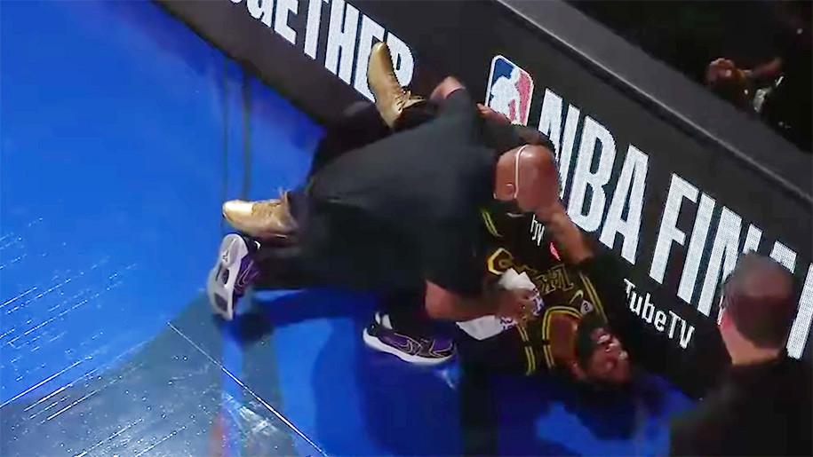 Anthony Davis nằm sân trong đau đớn  VUA-THE-THAO