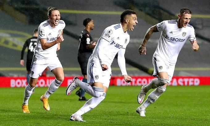 Rodrigo (áo trắng, giữa) mừng bàn gỡ hòa 1-1 |VUA-THE-THAO